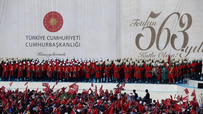 Des centaines de milliers de personnes se sont rassemblées dans le quartier de Yenikapi, dans la Corne d'Or, et ont entonné l'hymne national turc, agitant d'immenses drapeaux.