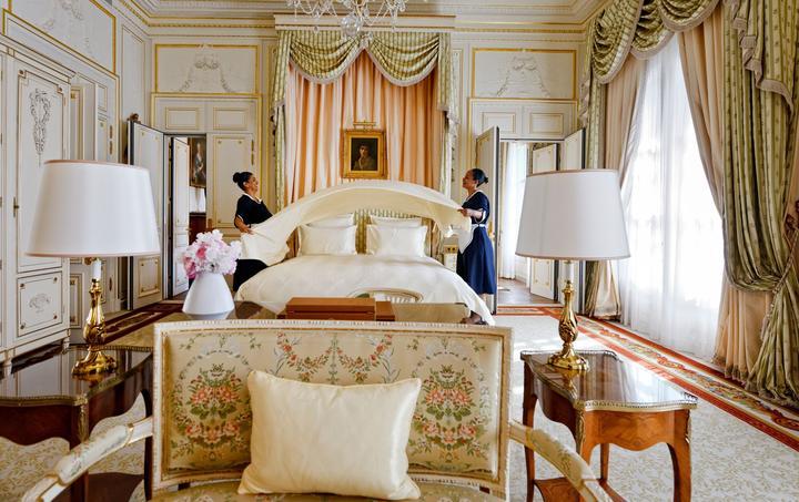 Un ballet incessant règne dans les suites du Ritz, le personnel peaufine les derniers préparatifs.