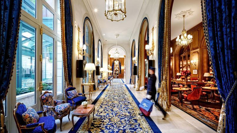 Les fauteuils à la reine du lobby, dans un velours bleu roi unique, ont retrouvé l