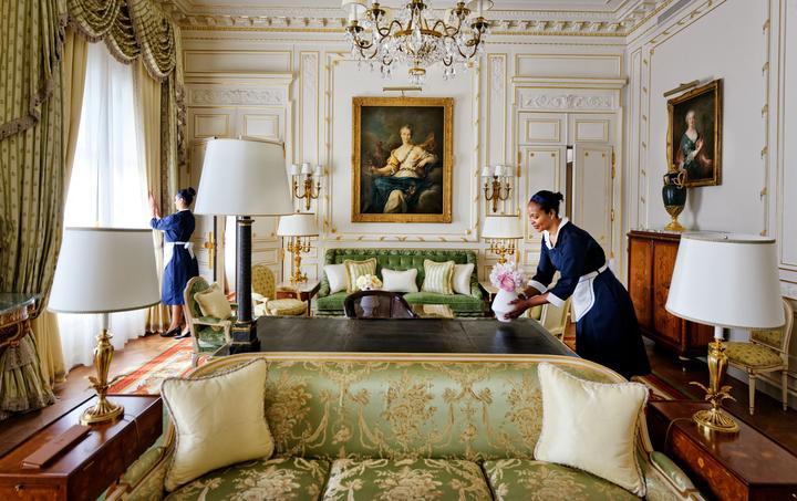 Dans le salon de la suite Vendôme s