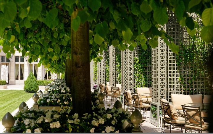 Le jardin du Ritz, un havre de verdure au cœur de Paris, où l