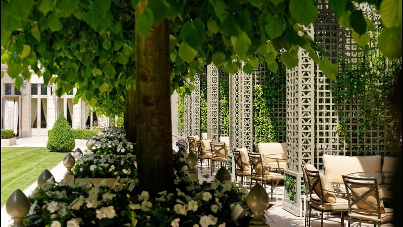Tilleuls taillés en marquise, parterre de pelouse… Bienvenue dans le jardin à la française du Ritz, un des endroits les plus secrets de Paris.