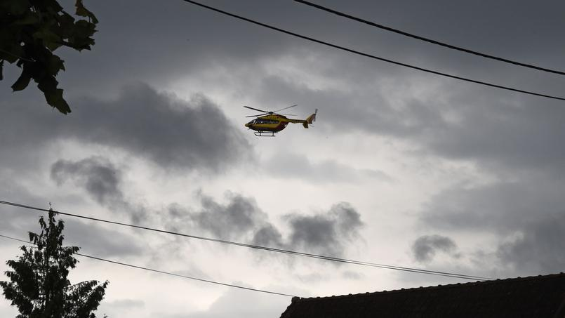 Un hélicoptère de la sécurité civile patrouillant aux alentours de Nemours le 1er juin 2016 pour aider les victimes des inondations.