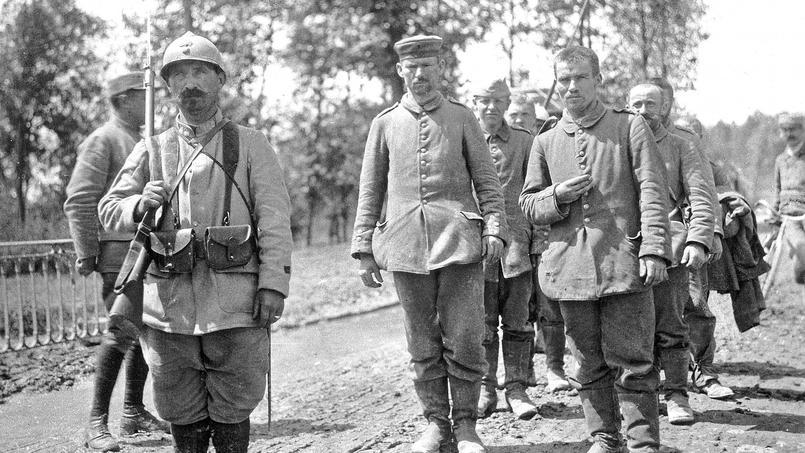 Un soldat français conduit un groupe de prisonniers allemands.