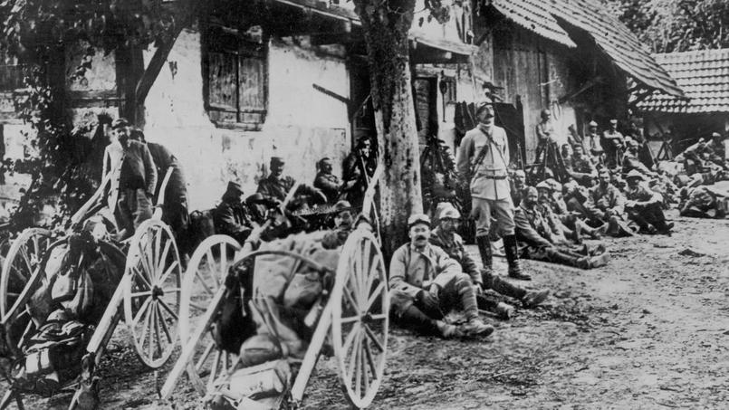 Les troupes françaises se reposent à l'arrière du front pendant la bataille de la Somme en 1916.