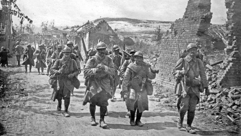 Compagnie de renfort française se rendant en première ligne dans le nord de la Somme, en juillet 1916.