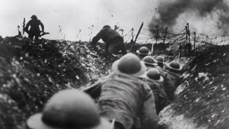 Soldats allemands dans une tranchée montant à l'assaut sur le champ de bataille de la Somme.