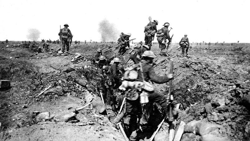 Soldats anglais grimpant par-dessus le parapet de leur tranchée lors d'une offensive pendant la bataille de la Somme en 1916.