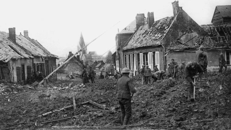 Avancée anglaise sur le front de la Somme ou les Allemands battent en retraite. Ici à Nesle (Somme), les soldats anglais tentent de réparer les dégâts faits par les Allemands.