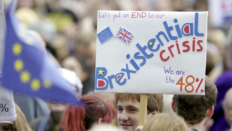 Selon un sondage Ipsos Mori pour la BBC, 16% des Britanniques ayant voté au référendum pensent que la Grande-Bretagne restera dans l'UE, 22% ne sachant pas si le pays sortira du giron européen. 48% des votants par ailleurs estiment que des élections législatives doivent avoir lieu avant l'ouverture des négociations de sortie de l'UE.