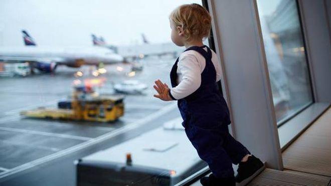Occuper son enfant à l'aéroport est souvent difficile.