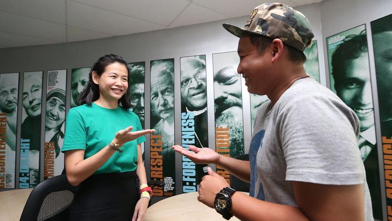 Kim Chong, malvoyante, communique avec un participant en ayant recours au langage des signes (crédits: Neo Xiaobin).