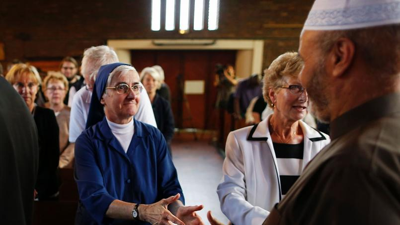 a  Catholic nun shakes hands with a Muslim & #  xE0; the & # xe9; Church St. Th & # xe9;  r & # XE8; if Saint - & # XC9;  take-du-Rouvray.