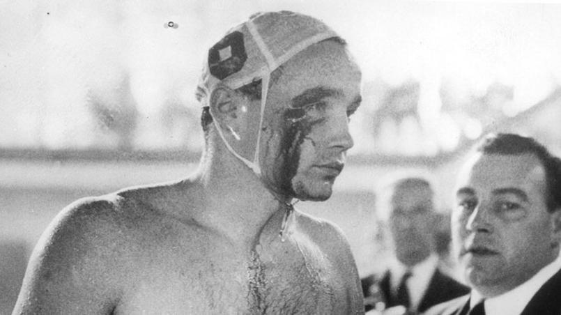Melbourne en 1956. Le Hongrois Ervin Zador sort de la piscine olympique avec l