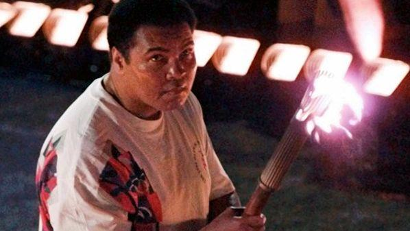 Atlanta en 1996. Mohamed Ali souffre depuis 1984 de la maladie de Parkinson. Le plus grand boxeur de tous les temps apparait devant ses compatriotes et toutes les télés du monde diminué et le bras tremblant pour s