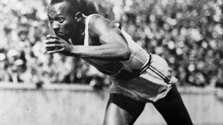 Munich en 1936. Jesse Owens au départ du 100 m à Munich. Celui qui est parfois considéré comme le premier athlète noir américain de renommée internationale décroche quatre titres olympiques (100 m, 200 m, longueur et relais 4x100 m) en Allemagne, devant les officiels nazis, au cours d
