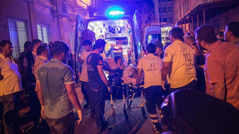 Les premiers secours transportent un un homme blessé à l'hôpital le 20 août 2016.