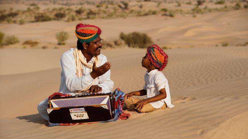 Près de Taleb, dans le désert de Thar , Gazi Khan Taleb fait chanter son fils qui révèle déjà une maîtrise étonnante du chant et de certains instruments.