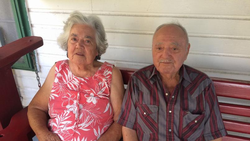 Denecia, 91 ans, et son mari Wenceslaus Billiot, 90 ans, devant leur maison.