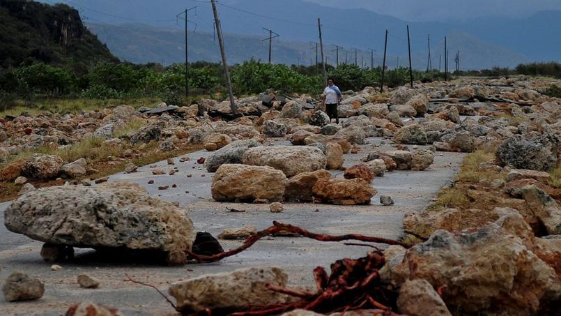 À Cuba, une route recouverte de roches après le passage de Matthew.