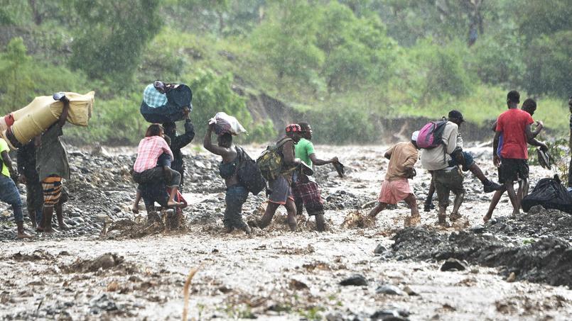 À Petit Goave, les Haïtiens doivent franchir la rivière La Digue à pied suite à l'effondrement du pont.