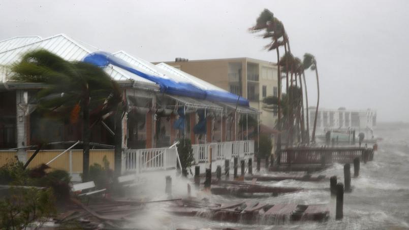 Le littoral subit les premiers assauts de l'ouragan Matthew, vendredi, à Cocoa Beach, en Floride.
