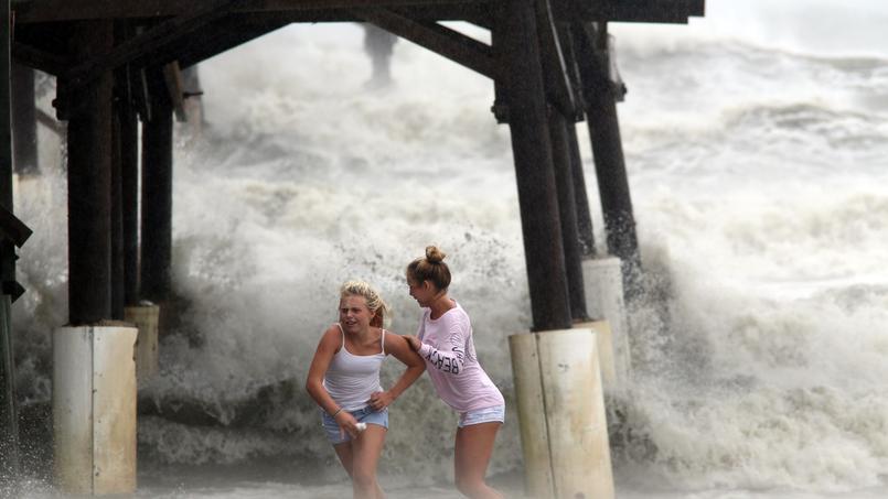 Deux adolescentes échappent à une vague puissante, vendredi, à Cocoa Beach, en Floride.