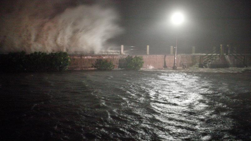 Les vagues déferlent à Charleston, à l'arrivée de l'ouragan.
