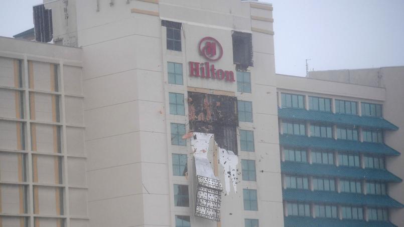 Un balcon de l'hôtel Hilton arraché par les vents violents de l'ouragan Matthew, à Daytona Beach, en Floride, vendredi.