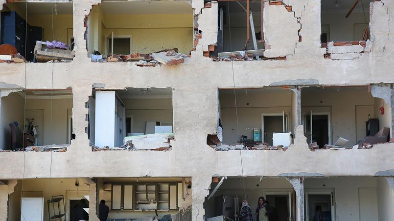 Peu après leur arrestation dans la nuit de jeudi à vendredi, un attentat à la voiture piégée a frappé dans la matinée de vendredi un bâtiment de la police à Diyarbakir.