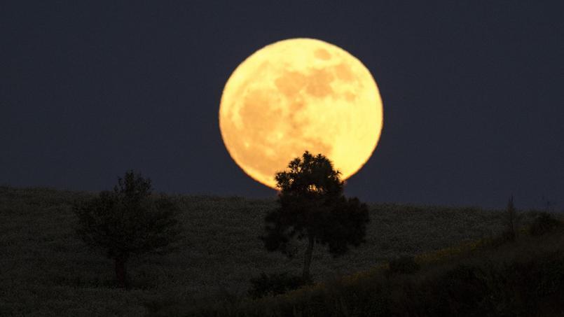 La super lune dans le ciel birman.