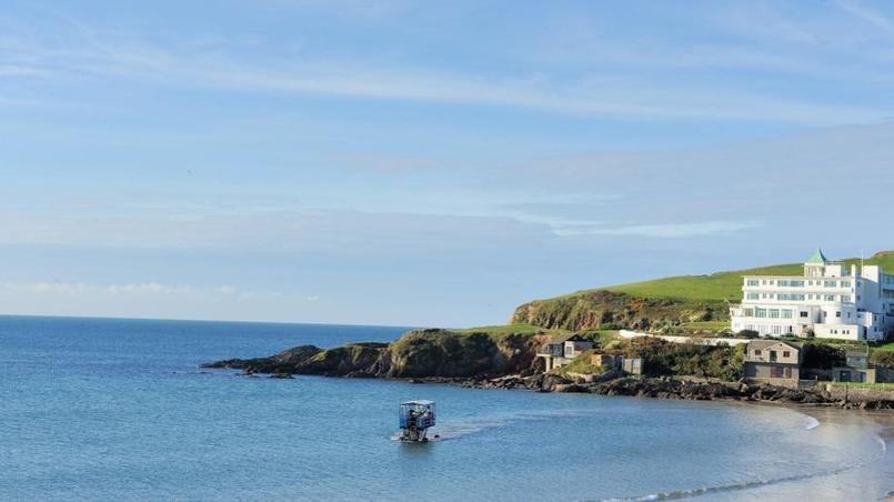 Par pleine mer, un tracteur surélevé permet de rejoindre l'île. © Olivier Roques-Rogery.
