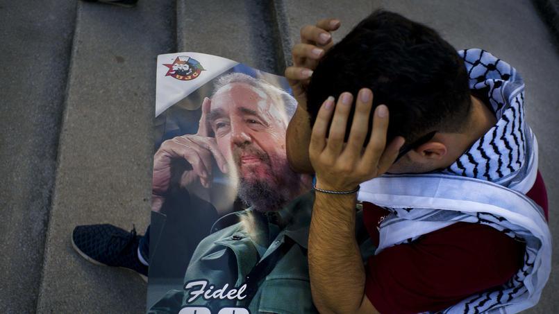 Cet étudiant en médecine reste prostré sur un portrait du Lider Maximo à La Havane.