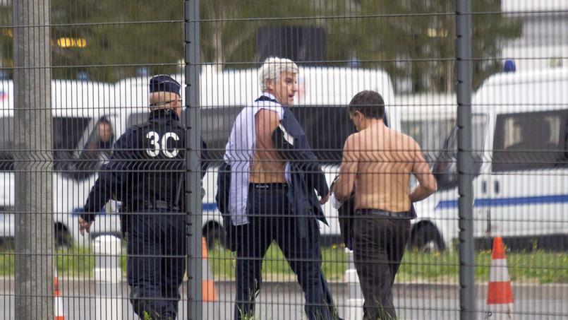 Ces images de deux dirigeants d'Air France, dont la chemise avait été arrachée par des salariés, ont fait le tour du monde.