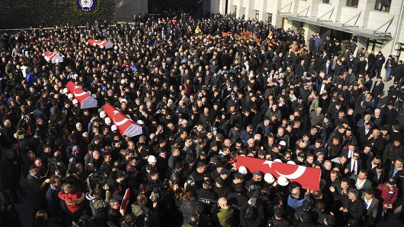 Des policiers ont porté sur leurs épaules les cercueils de cinq de leurs collègues, ce dimanche.