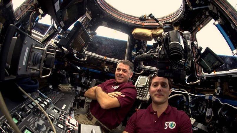 Le commandant Shane Kimbrough et Thomas Pesquet dans la salle de commande du bras articulé canadien. Crédits photo: ESA/NASA