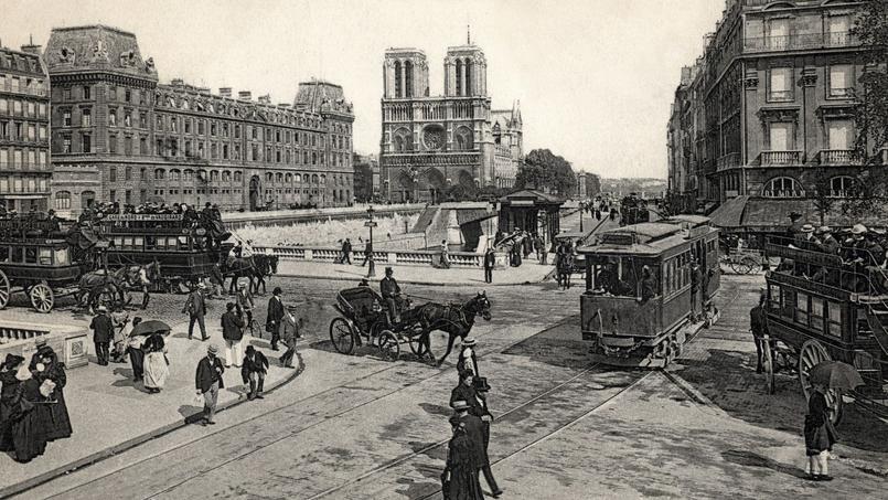 Les piétons doivent au début du XXe siècle zigaguer entre les omnibus à cheval, les voitures particulières et les tramways.