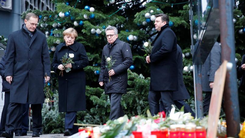 CARNAGE. Le maire de Berlin Michael Mueller, la chancelière allemande, Angela Merkel et le ministre de l'intérieur Thomas de Maiziere se sont recueillis sur les lieux de l'attentat qui a couté la vie à 12 personnes et fait près de 50 blessés. Un camion bélier avait, lundi 19 décembre, foncé dans la foule venue flâner au marché de noël de la Breitscheidplatz dans le centre de la capitale allemande.