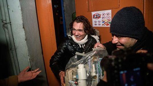 Asli Erdogan à sa sortie de la prison pour femmes de Bakirköy, à Istanbul, le 29 décembre dernier.