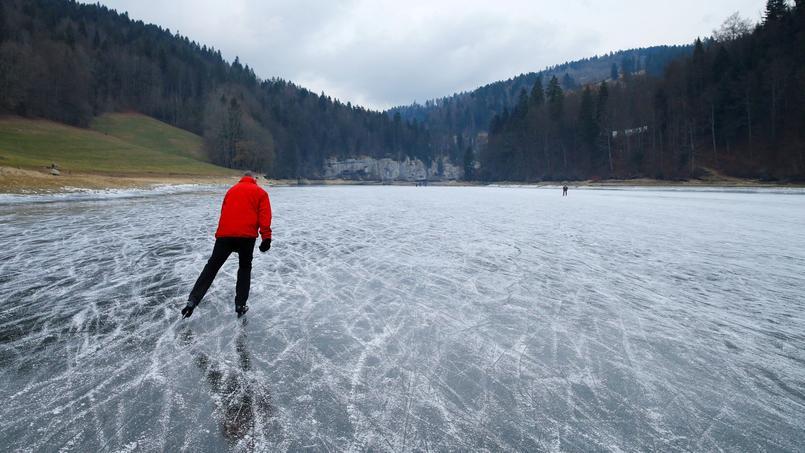 En Suisse, on peut faire du patin à glaces sur certaines rivières gelées, comme ici aux Brenets, non loin de la frontière avec la France.
