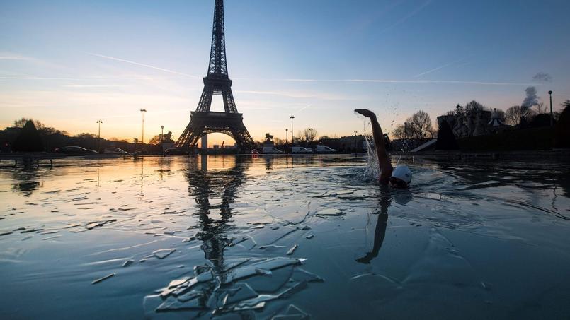 Un homme nage vendredi dans l'eau glacée de la fontaine du Trocadéro, à Paris. Les températures ont atteint jusqu'à -11°C la nuit de vendredi à samedi, en région parisienne.