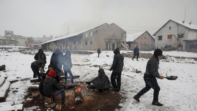Des migrants tentent de se réchauffer à Belgrade en Serbie, où la vague de froid a fait 9 morts.