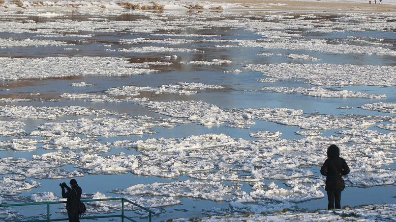 De la glace flotte sur le fleuve Vistule à Varsovie en Pologne, où les températures sont tombées jusqu'à -20°C.