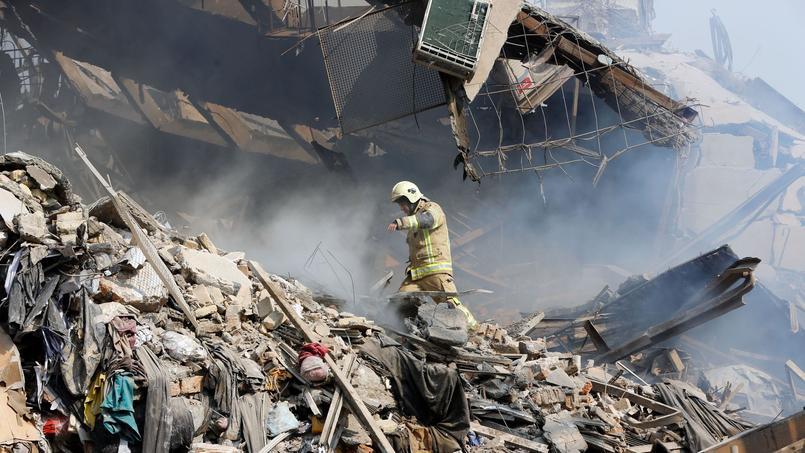 Des dizaines de pompiers ensevelis sous un bâtiment de 15 étages — Iran