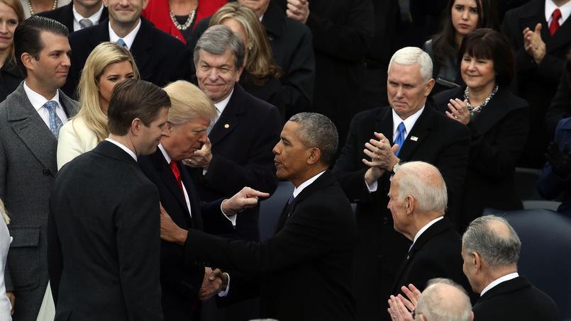 Donald Trump salue l'ancien président Barack Obama à son arrivée lors de son investiture, le 20 janvier 2017.