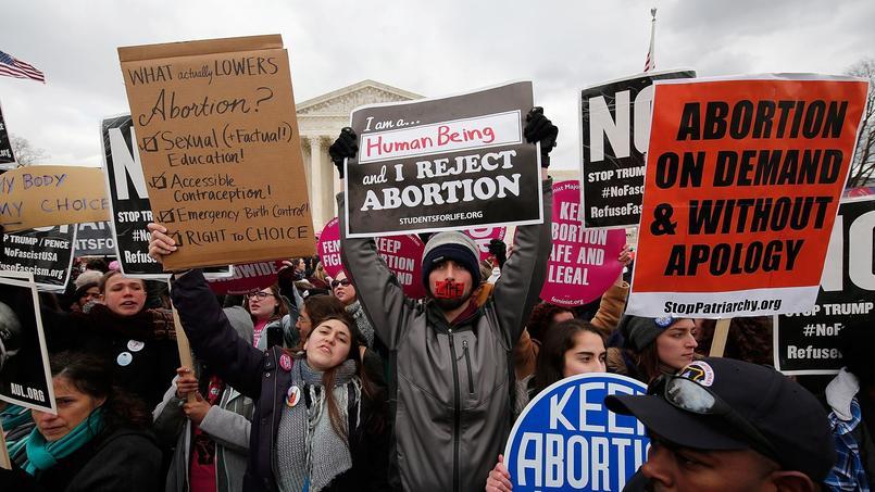 Les militants ont brandi des pancartes pour s'opposer à l'avortement.