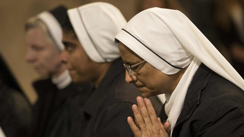 Les religieuses prient dans le sanctuaire. Les lieux de culte chrétiens sont régulièrement la cible d'actes de vandalisme.