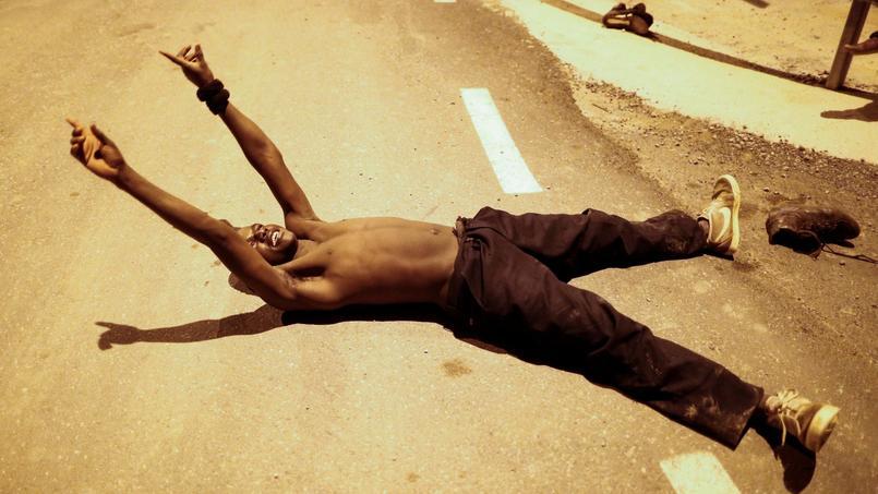 Ce migrant africain vient de franchir la frontière entre le Maroc et l'Espagne. Le voilà arrivé en Europe.
