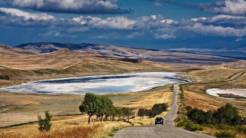 Sous un ciel immense, la route file à travers la steppe en direction du monastère de David Garedja. Perses, Turcs, Mongols et Soviétiques ont tour à tour envahi ce territoire aux confins du monde chrétien.