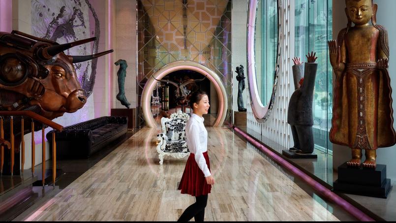 L'Eclat est autant un hôtel de luxe qu'une galerie d'art. Dans cette pyramide de verre, où l'on respire un air filtré et débarrassé de la pollution de la ville, s'exposent des œuvres de Dalí, Warhol, Zhang Guolang, Zou Liang…